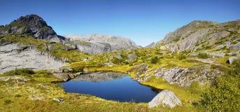 Blå sjö i berg, panorama, naturplats Arkivfoton