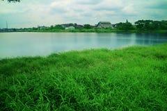 Blå sjö i byn Arkivbilder