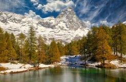Blå sjö i nedgången Fjällängar Italien royaltyfri fotografi