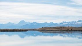 Blå sjö med monteringskocken Backdrop, Nya Zeeland Royaltyfri Foto