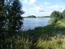 Blå sjö och blå himmel royaltyfri bild