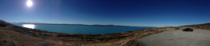 Blå sjö Pukaki i mitt av aftonen Arkivbild