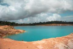 Blå sjö som bildas efter extraktionen av bauxit royaltyfri foto