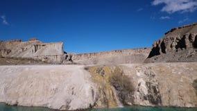 Blå sjötextur som torkar ökenberget, medan sjöterrassen applåderar vatten arkivfilmer