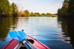Blå skovel som ligger på kajaken Kayaking i en flod Royaltyfri Foto
