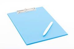 Blå skrivplatta och penna Arkivfoton
