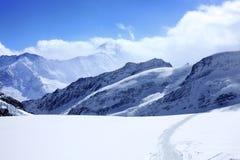 blå sky för alps under Arkivbild