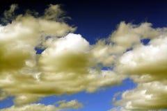 blå sky för bakgrund Arkivfoto