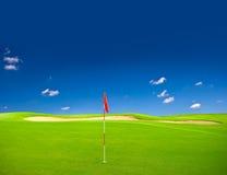 blå sky för fältgolfgreen arkivfoton