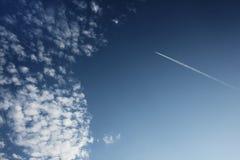blå sky för flygplan Arkivbild