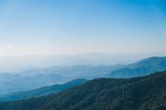 Blå Sky med berg Arkivbilder