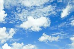 Blå sky med oklarheter Arkivfoton