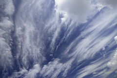 Blå sky med trevliga oklarheter Royaltyfri Fotografi