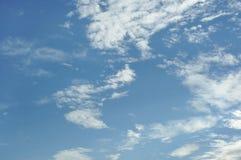 Blå sky med vita oklarheter arkivbild