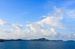 Blå sky och vita oklarheter över ialand, Thailand Royaltyfri Foto
