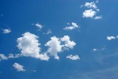 Blå sky och vita oklarheter Fotografering för Bildbyråer