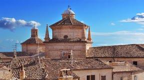 Blå sky på tak i Marche Royaltyfria Bilder