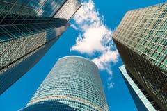 Blå skyskrapafasad berlin byggnadskontor modern glass silhouett Arkivfoto
