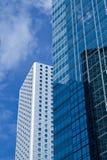 blå skyskrapawhite Royaltyfri Bild