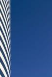 blå skyskrapawhite Arkivbilder