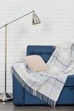 blå soffa arkivfoto