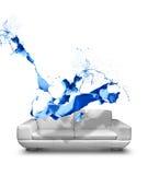 Blå soffa för vitt läder för målarfärgfärgstänk Arkivbild