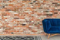 Blå soffa och modellfilt arkivfoton