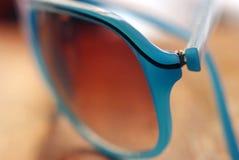 blå solglasögon Arkivbild
