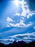 blå solig bergsky royaltyfri fotografi