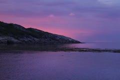 Blå solnedgång för rosa färger i fjärden Arkivbild