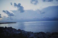 Blå solnedgång på fjärden Royaltyfria Bilder
