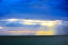 Blå solnedgång på havet arkivfoton