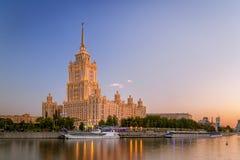 Blå solnedgång på hotellet Ukraina i natten Royaltyfria Bilder