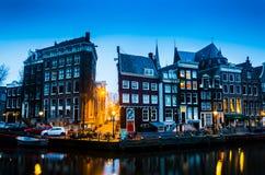 Blå soluppgång för morgon på den Amsterdam kanalen arkivfoton