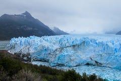 Blå is som är glaciar i Patagonia Arkivfoto