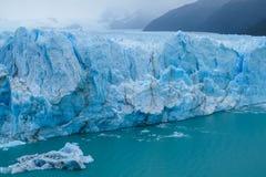 Blå is som är glaciar i Patagonia Royaltyfri Bild