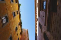 Blå sommarhimmel ovanför de europeiska härliga traditionella husen i staden Royaltyfria Foton