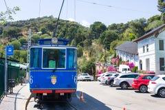Blå spårvagn för nostalgiker till Tibidabo Invigt in 1901, använder fortfarande de samma spårvagnarna, vara således en av arkivbild