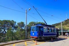 Blå spårvagn i Barcelona Arkivbild