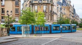 Blå spårvagn i i stadens centrum Reims som tas i Reims, Bourgogne, Frankrike royaltyfria bilder