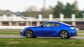 Blå sportbil på loppväg arkivfoton