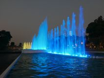 Blå springbrunn i Lima Magic Water Circuit Arkivfoto