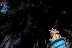 Blå staty av den hinduiska gudhanumanen på ingången av batugrottor under molnig dag i Kuala Lumpur Malaysia Royaltyfri Bild