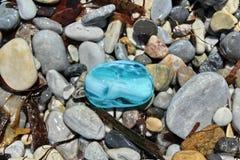 Blå sten som finnas på stranden Arkivbilder