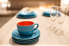 Blå stengods eller keramiska kopp och tefat arkivfoto