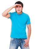 blå stilig man som undersöker mycket noggrant skjorta t royaltyfri bild