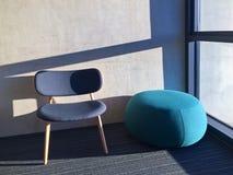 Blå stol i ett rum med fönstret royaltyfria foton