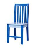blå stol som isoleras över vitt trä Royaltyfria Foton