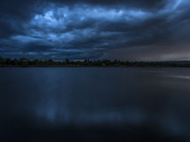 Blå storm över sjön Royaltyfri Fotografi