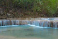 Blå strömvattenfall i Kanjanaburi Thailand (nationalparken) Royaltyfri Fotografi